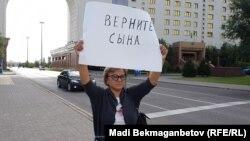 Сот шешіміне наразы Кенжеғайша Рақымбаева Министрліктер үйі алдында өзін шынжырмен байлап тұр. Астана, 22 тамыз 2016 жыл.