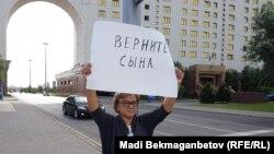 Жительница Семея Кенжегайша Рахимбаева, прикованная цепью к столбу около Дома министерств в Астане.