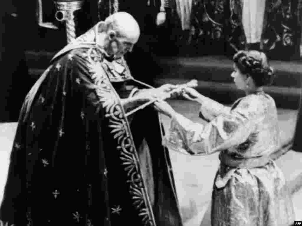 Кентерберий архиепископы ЕкіншіЕлизаветаға қылышты тапсырып тұр. Вестминстер аббаттығы, 2 маусым 1953 жыл.