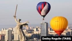 Волгоград наших дней: шоу с воздушными шарами на фоне монумента военной памяти. Фото 2020 года