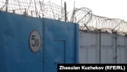 Ворота одной из колоний строгого режима. Иллюстративное фото.