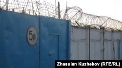 Центральные ворота в колонию строгого режима 166/4. Атбасар, Акмолинская область, 10 января 2011 года.