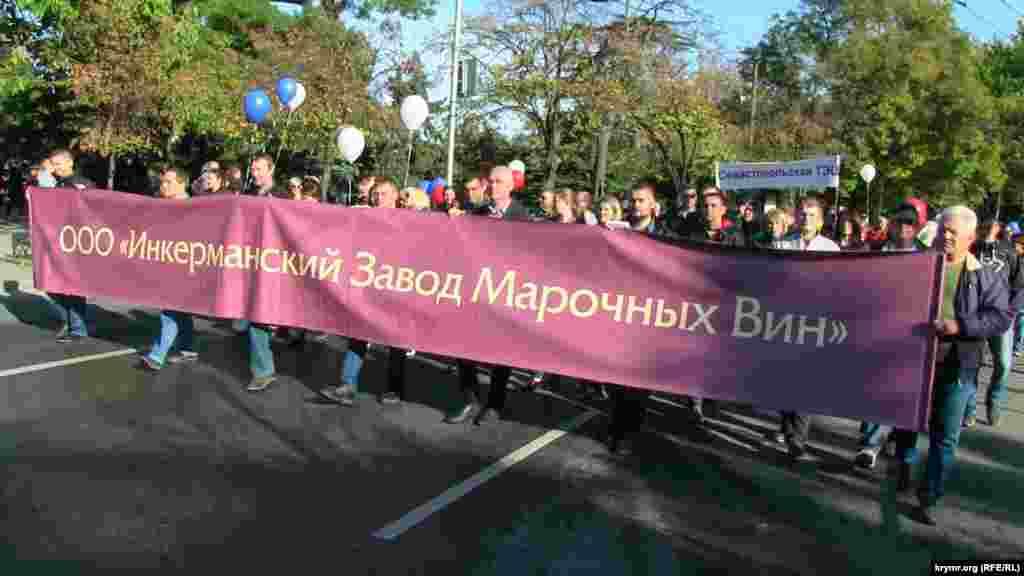 Колонны демонстрантов прошли от площади Суворова по улице Ленина и проспекту Нахимова до площади Лазарева
