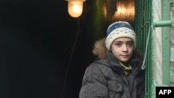 Мальчик у входа в бомбоубежище в Донецке. 5 февраля 2015 года.