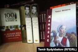 Полки книжного магазина