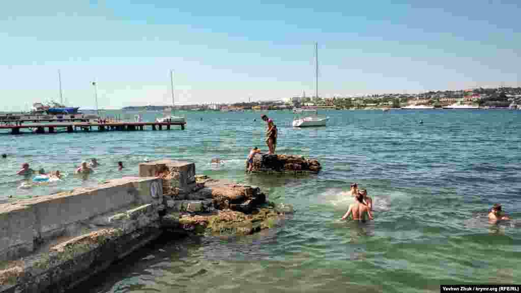 Стрибати зі зруйнованої пристані заборонено, але це не зупиняє місцевих хлопчаків