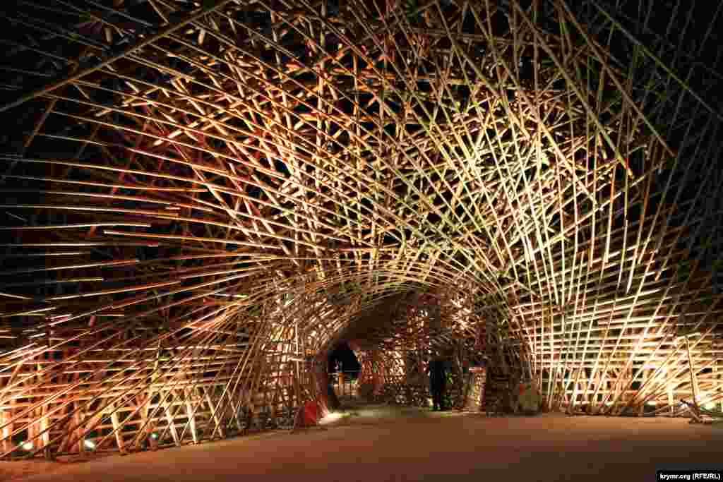 Заходячи на Epizode, потрібно пройти через тунель з бамбукових конструкцій