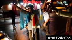 Disa persona duke festuar fitoren e Felix Tshisekedit.