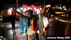 Жители на Киншаса празнуват новината за победата на опозиционния кандидат Феликс Цисекеди.
