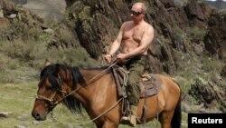 Владимир Путин на лошади. Август 2012 года