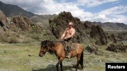 Владимир Путин, в бытность премьер-министром России, верхом на лошади в Сибири. Август 2012 года.