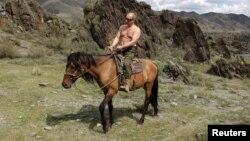 Путин во время отдыха в Туве в 2012 году