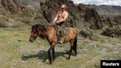 Президент России Владимир Путин совершает конную прогулку. Республика Тыва, август 2012 года