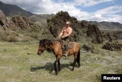 Снимок Путина с обнаженным торсом был воспринят как гомоэротический намек