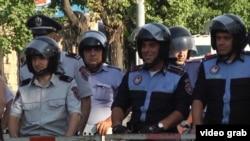 Полицейские в Ереване на месте акции протеста против повышения тарифов на электроэнергию. 26 июня 2015 года.