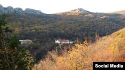 Кызылташ с видом на «соседа» секретной штольни – Стефано-Сурожский мужской монастырь. Фото сделано в ноябре 2013 года