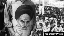 A supporter holds a portrait of Ayatollah Khomeini in 1979 (photo by Reza Deghati)