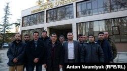 Крымские адвокаты Эмиль Курбединов и Эдем Семедляев (в центре) возле подконтрольного Кремлю Верховного суда Крыма