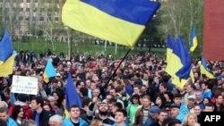 Иллюстративное фото. Проукраинский митинг в Донецке. Апрель 2014 года