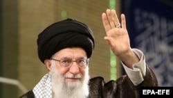 Верховный лидер Ирана Али Хаменеи приветствует рабочих на митинге в Тегеране 30 апреля 2018 года.