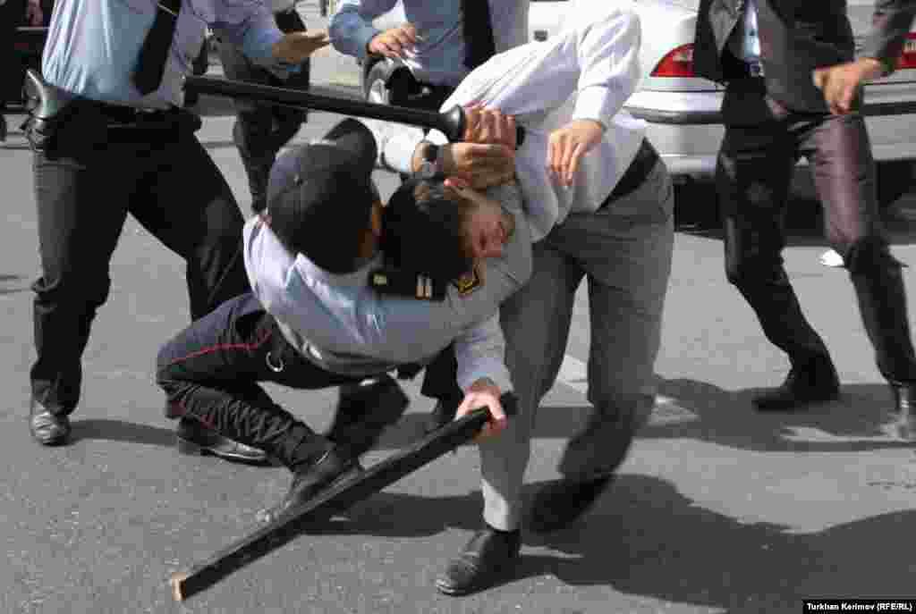 Bakıda qız uşaqlarının orta məktəblərə hicabla getmələrinə icazə verilməsi tələbilə keçirilən etiraz aksiyasından görüntü. 5 oktyabr 2012