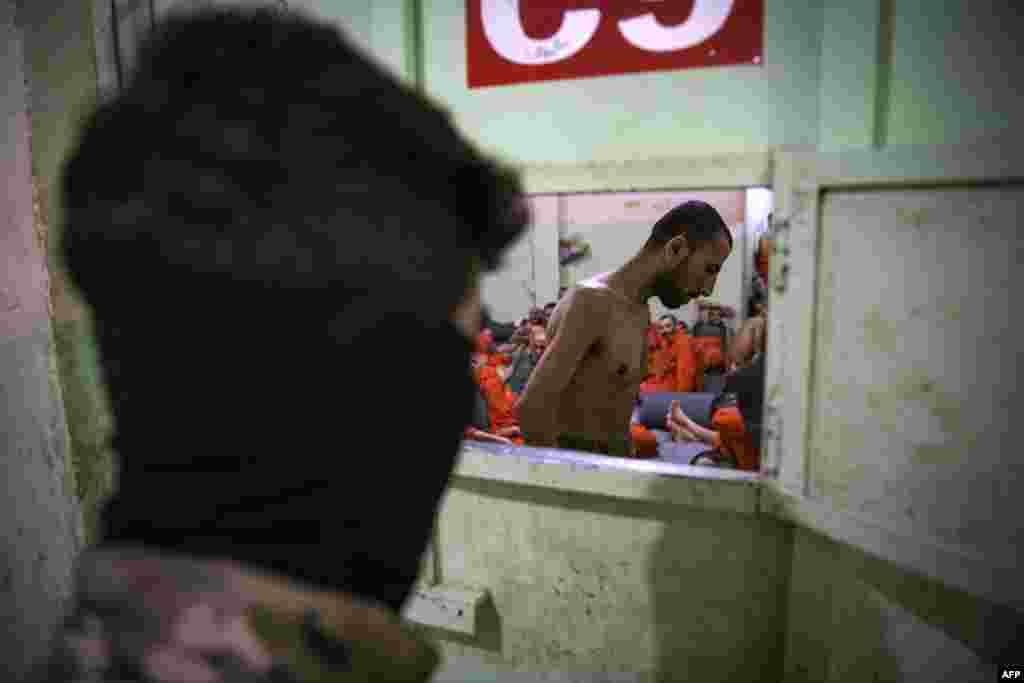 Тюремная охрана опасается выводить заключенных на прогулки на улице. Один из охранников сказал, что эти люди «очень опасны».