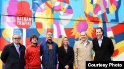 Vizuelni umetnik iz BiH Rikardo Druškić (treći sa leve strane) naslikao je početkom aprila mural posvećen Zapadnom Balkanu