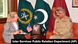 Заместитель помощника госсекретаря США Элис Уэллс и командующий пакистанской армией Камар Джавед Баджа. Исламабад, 3 июля 2018 года.