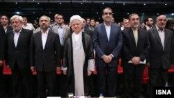 هاشمی در میان محمد نهاوندیان رئیس دفتر روحانی و قاضی زاده هاشمی وزیر بهداشت
