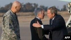 جرج بوش هنگام ورود به عراق با رایان کروکر سفیر ایالات متحده در بغداد و ژنرال ری اودیرنو فرمانده نیروهای این کشور در عراق دیدار کرد. (عکس: Afp)