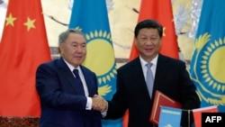 Президент Казахстана Нурсултан Назарбаев (слева) и президент Китая Си Цзиньпин в Пекине. 31 августа 2015 года.