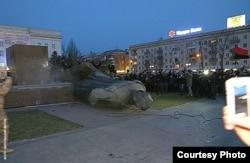 Демонтаж пам'ятника у Херсоні