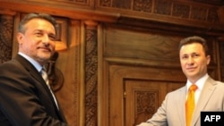 Архивска фотографија: Тогашниот претседател Бранко Црвенковски му ја честита изборната победа на премиерот Никола Груевски на 23 јуни 2008 година.