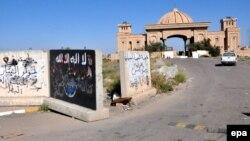 Тикриттегі дуалға салынған ИМ туы, Ирак, 7 сәуір 2015 жыл. (Көрнекі сурет.)