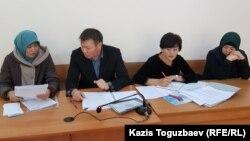 Слева направо: подсудимая 44-летняя Карлыгаш Адасбекова, адвокаты Руслан Джанабаев и Гулнар Карамолдаева, подсудимая 28-летняя Дария Нышанова в зале судебного заседания. Алматы, 15 октября 2019 года.