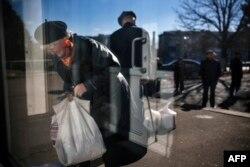 """Донецк, 30 октября: раздача гуманитарной помощи представителями """"ДНР"""" в здании цирка"""
