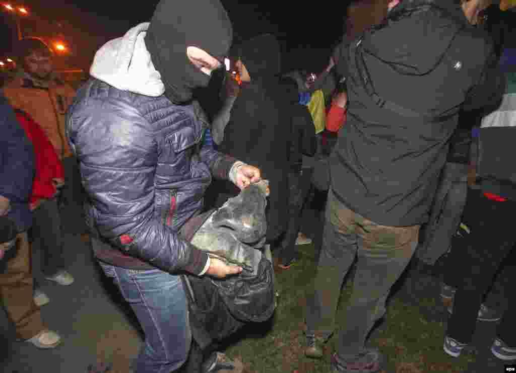 Протестувальник тримає «ніс Леніна»