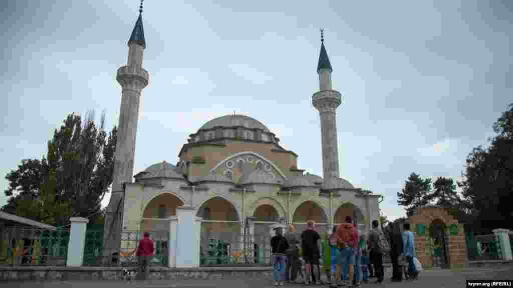 Євпаторія, мечеть Джума-Джамі. Культова будівля зведена понад 450 років тому під час правління кримського хана Девлета І Герая. За ці роки її не раз переробляли і відновлювали. За часів радянської влади мечеть служила музеєм і пам'ятником архітектури, але в 1990-х її знову відкрили для віруючих