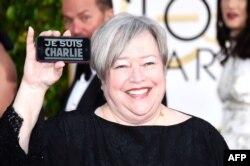 کتی بیتس با شعار «من شارلی هستم» در گلدن گلوب
