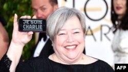 """Aktorja Kathy Bates me shenjën """"Je Suis Charlie"""" gjatë manifestimit Golden Globe"""