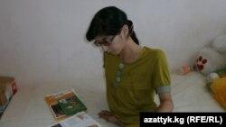 Сиам егізінің сыңары Зита Резаханова. Қырғызстан, 30 тамыз 2012 жыл.
