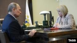 Ресейдің адам құқықтары жөніндегі уәкілі Элла Памфилова (оң жақта) мен Ресей президенті Владимир Путин. Сочи, 3 маусым 2014 жыл.