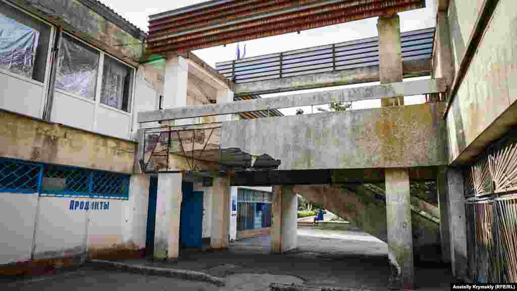 На другому поверсі архітектурного шедевра епохи «розвинутого соціалізму» в центрі села розміщується сільрада