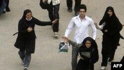 لباس شخصی ها به صورت دسته جمعی معترضان را مورد ضرب و شتم قرار می دهند.