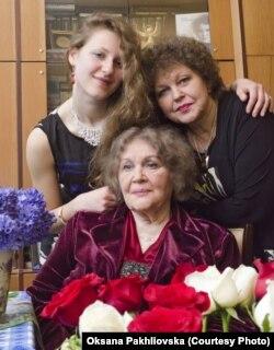 Ярослава з мамою та бабусею, фото з родинного архіву