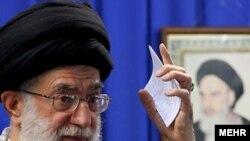 """Тегеран -- Өткөн аптада жуманамаздагы сөзүндө аятолла Али Хаменеи """"Иран ислам республикасына кол көтөргөндөр катуу жазаланарын"""" эскертти."""