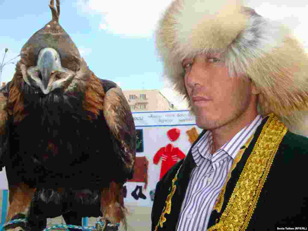 Hawker Yermek Amangieldyev during a festival in Atyrau, Kazakhstan, on October 2.Photo by Sania Toiken