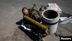 Проросійський бойовик з протитанковою ракетною установкою на бойовій позиції у Слов'янську, 16 травня 2014 року