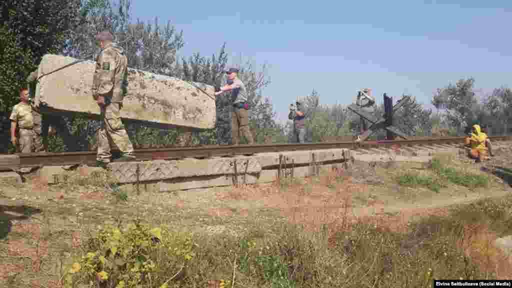 «Qırım maydanı»nıñ faalleri Herson vilâyetinden «Krımskiy titan» zavodına qadar olğan demiryolnı blok ettiler, 2015 senesi sentâbr 28 kün