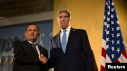 ABŞ-nyň döwlet sekretary Jon Kerri (S) Müsüriň daşary işler ministri Nabil Fahmi bilen, Kair, 3-nji noýabr, 2013.